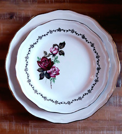 Assiettes blanches roses rouges 66