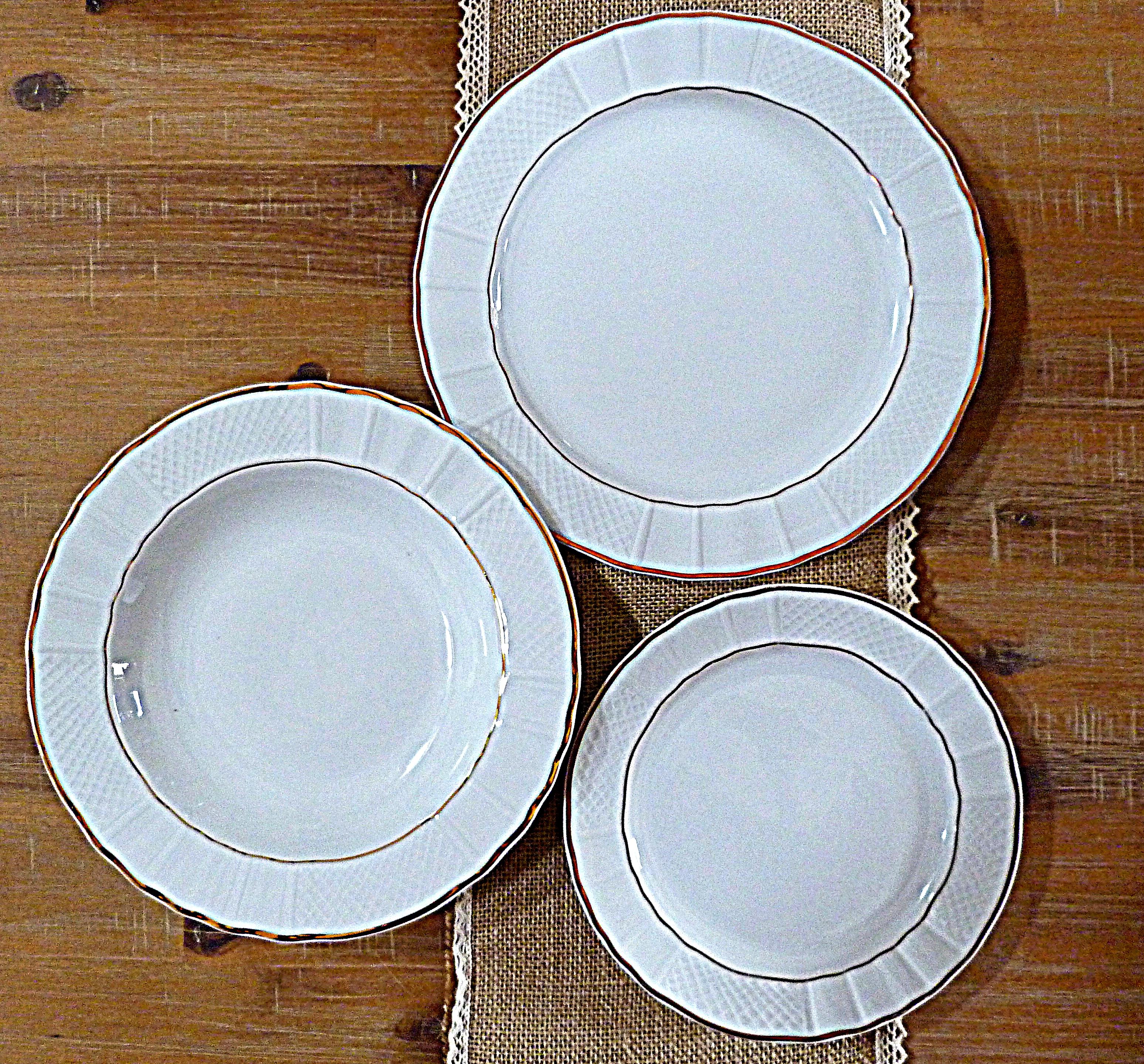 Assiettes blanches liseré doré déco