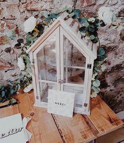 Grande maison en bois et verre transparent
