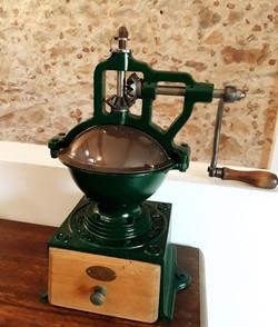 Ancien moulin à café de comptoir 66