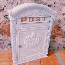 Boîte à lettres blanche en métal