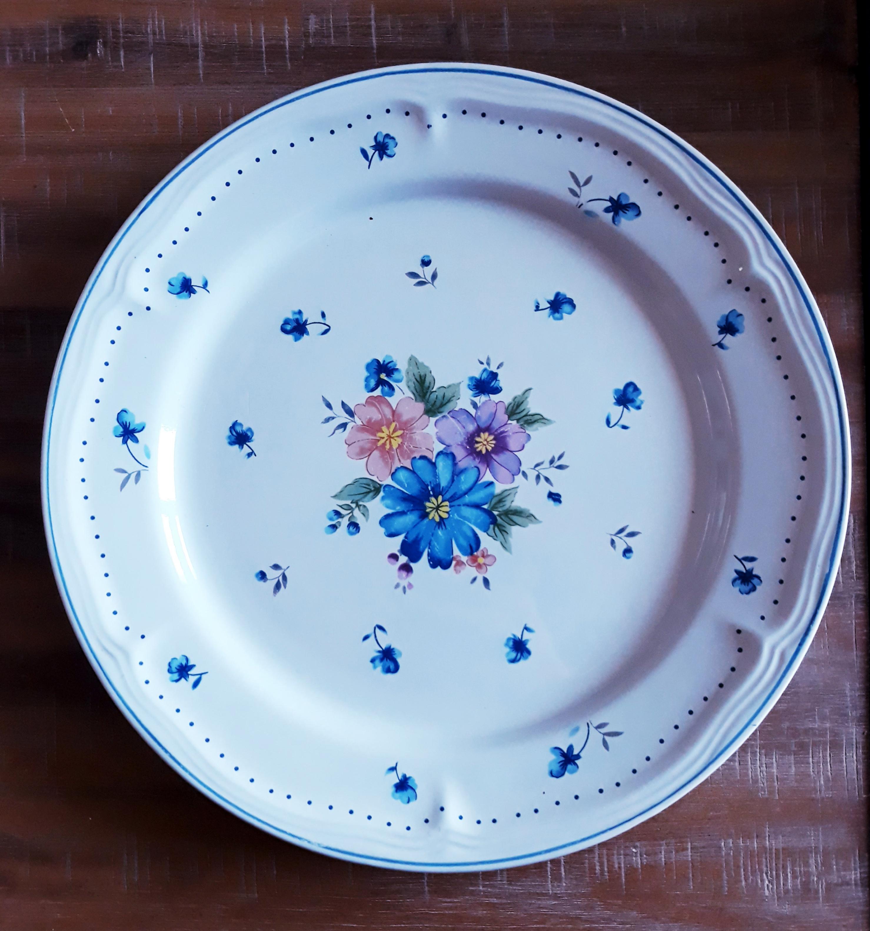 Assiette blanche fleurs bleues