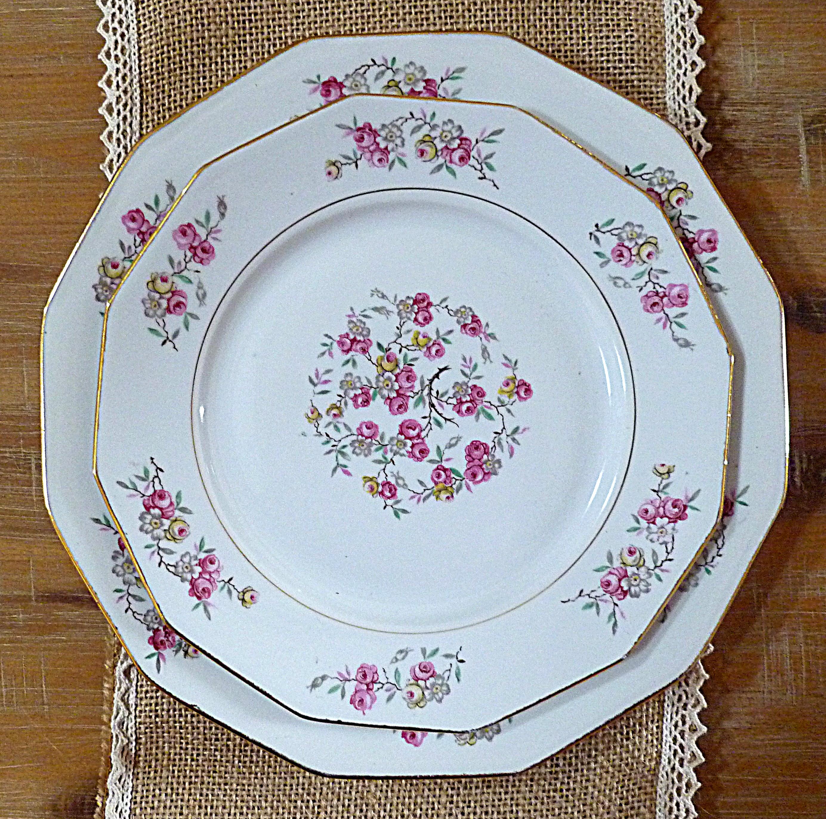 Assiettes blanches à fleurs roses 66