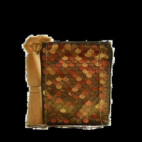 mini clutch escamas douradas