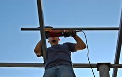 travailleur sur toit