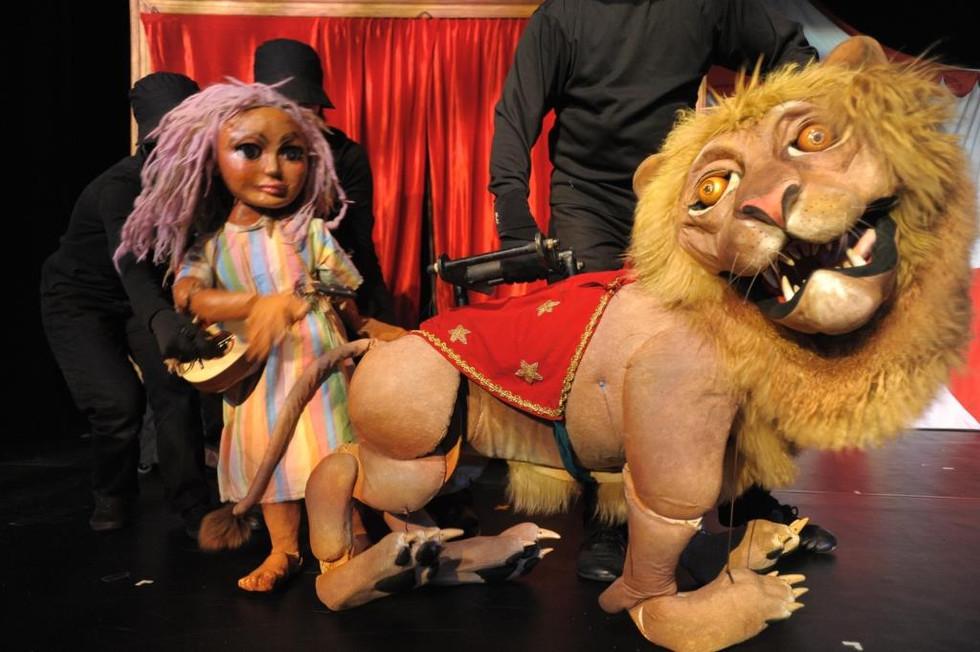 2005 The sleeping gypsy       紗娜與獅子