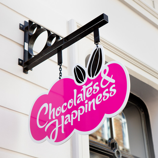 Signboard boutique _ © Chocolates & Happ
