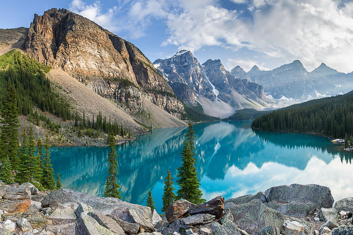 Moraine lake with the rocky mountains pa