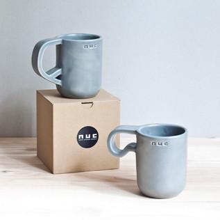 Rankų darbo keraminiai puodeliai. Šviesiai pilki, ~ 8 x 10 cm, ~ 300 ml, molis ir glazūra. Kaina 30 Eur / vnt.
