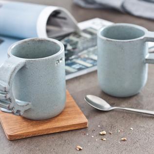 Rankų darbo keraminiai puodeliai. Žalsvai pilki, ~ 8 x 10 cm, ~ 300 ml, molis ir glazūra. Kaina 30 Eur / vnt.