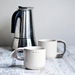 Rankų darbo keraminis puodelis. Šviesus, ~ 8 x 8 cm, ~ 150 ml, molis ir glazūra. Kaina 25 Eur / vnt.