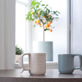 Rankų darbo keraminiai puodeliai. Šviesus ir žalsvai pilkas, ~ 8 x 10 cm, ~ 300 ml, molis ir glazūra. Kaina 30 Eur / vnt.