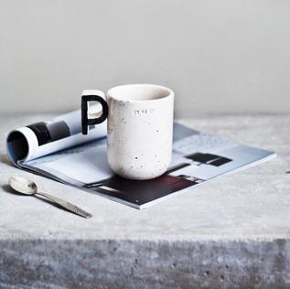 Rankų darbo keraminis puodelis. Šviesus, ~ 8 x 10 cm, ~ 300 ml, molis ir glazūra. Kaina 30 Eur / vnt.