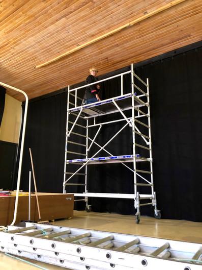 Installation de rideaux non feu salle de spectacle
