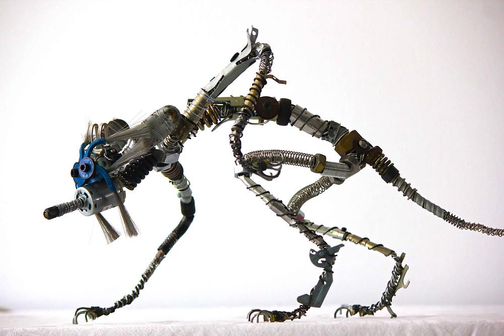 Sculpture d'une créature en métal recyclé et divers matériaux de récupération