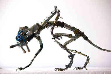 Cy-Fox: sculpture d'une créature renard en métal recyclé 3 web.jpg