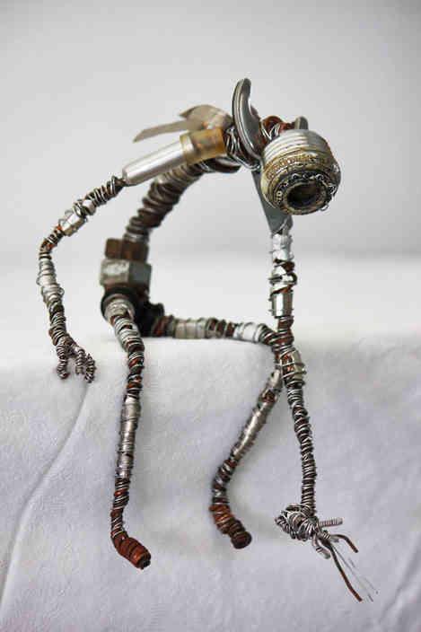 La séparation 2: robot assis en métal recyclé