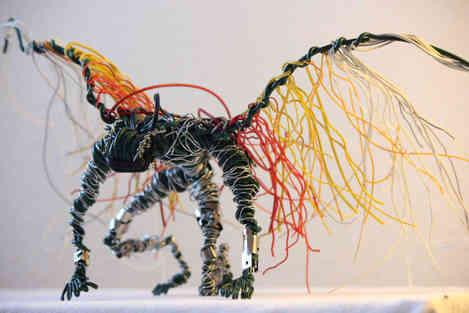 Cyber Angel: ange en fils de fer et câbles recyclés
