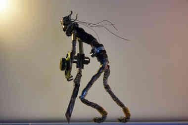 Sculpture d'un cyber gladiateur en métaux recyclés