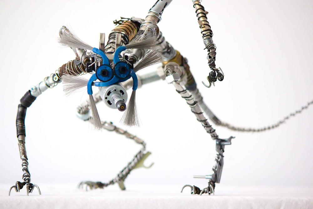 Sculpture en récupération représentant un cyber renard en métal et autres pièces de récupération réalisé par Vortex