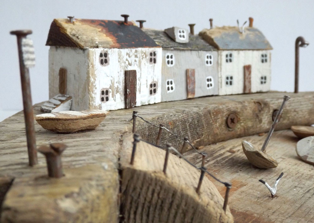 Scénette de bord de mer réalisé à partir de bois flotté et autres pièces récupérées en bord de mer