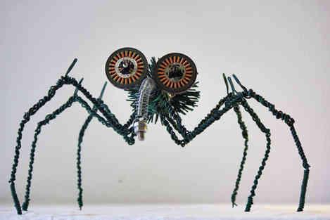 Hexapode: insecte géant en fil de fer, câbles et matériaux de récup