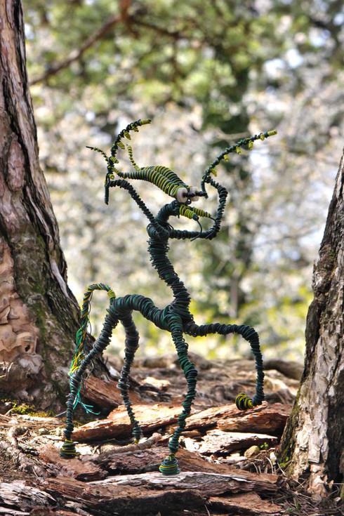 Centaurus mantis: sculpture en récupération dans la forêt.
