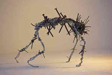 Spine SYndrome: sculpture en fils de fer et clous recyclés