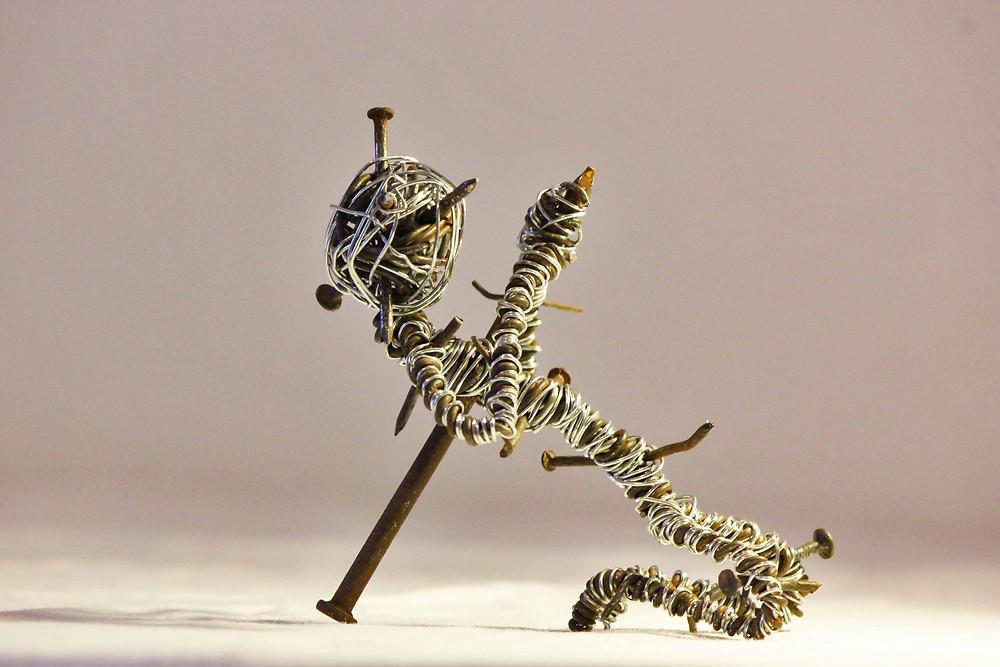 Sculpture en fils de fer et clous de récupération assemblés par Vortex