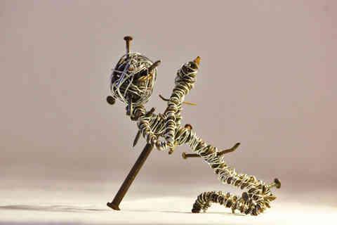 Briseur de coeur: créature au coeur brisé en fil de fer et clous