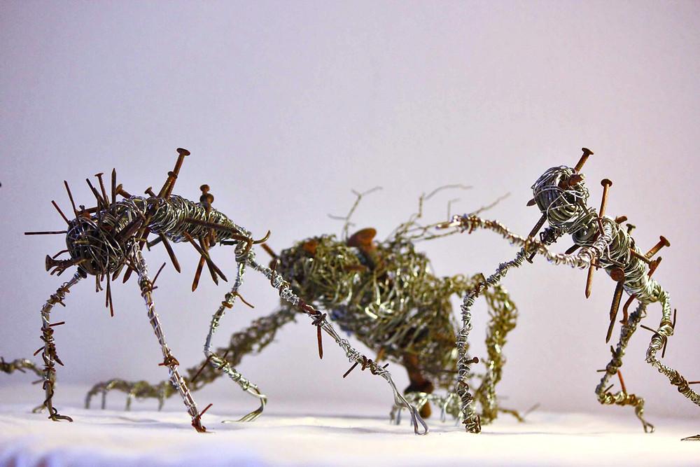 Sculptures sombres et torturées réalisée via l'assemblage de fils de fer et clous de récupération, par Vortex