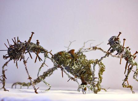 Cauchemar: sculptures en fils de fer recyclés
