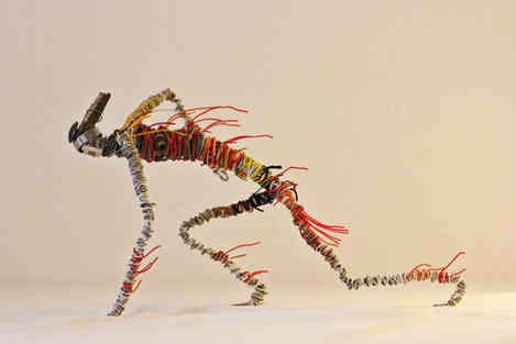 Sculpture d'un coureur robot en récup