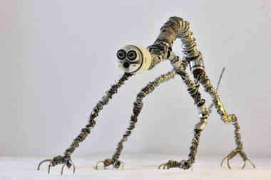 Félis: créature de métal en pièces recyclées