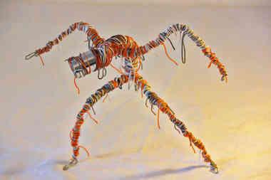 Momie en fil de fer et câbles de récup