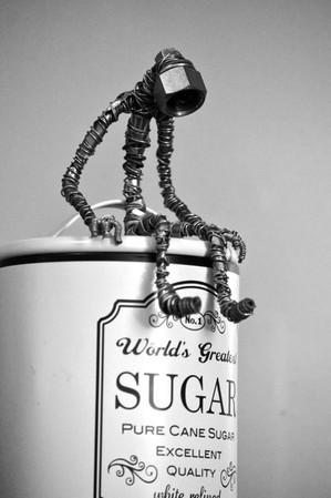 Petit robot assis sur une boîte de sucre