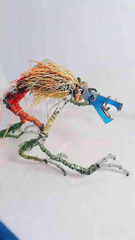 Wild Wire: sculpture en câbles, fil de fer et objets de récupération