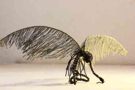 Fallen: ange de métal en fils de fer de récupération