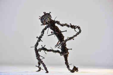 Trauma: personnage en fil de fer et clous de récup