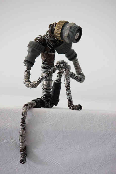 Contemplatif: personnage en métaux de recyclage
