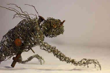 Voici l'Abomination, sculpture en grillage, fil de fer et pièces de métal rouillés