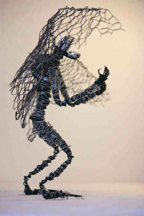 Sculpture d'un dragon en recyclage