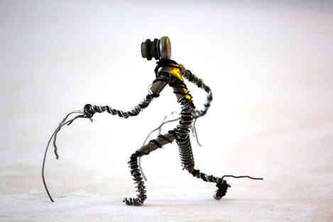 Robot en bouchons de cidre et champagnerécup, ainsi que diverses petites pièces de métal