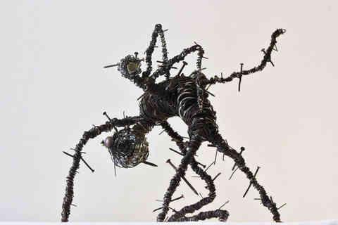 Voici l'éclosion: sculpture métal en fils de fer et clous carbonisés