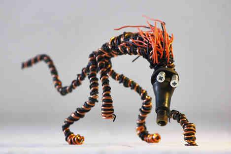 Tamanoir: animal imaginaire en fil de fer et câbles de récup