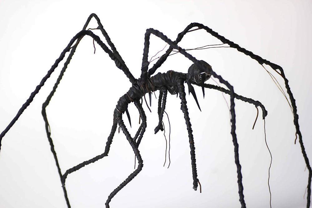 Sculpture d'une créature torturée créé à partie de cintres en fer, fils de fer et chambre à air de vélo