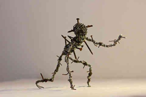 Anathema: sculpture en fils de fer et clous rouillés