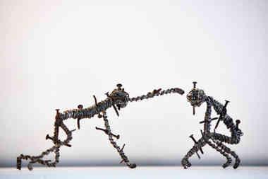 Touché par la grâce: personnages torturés en fil de fer et clous