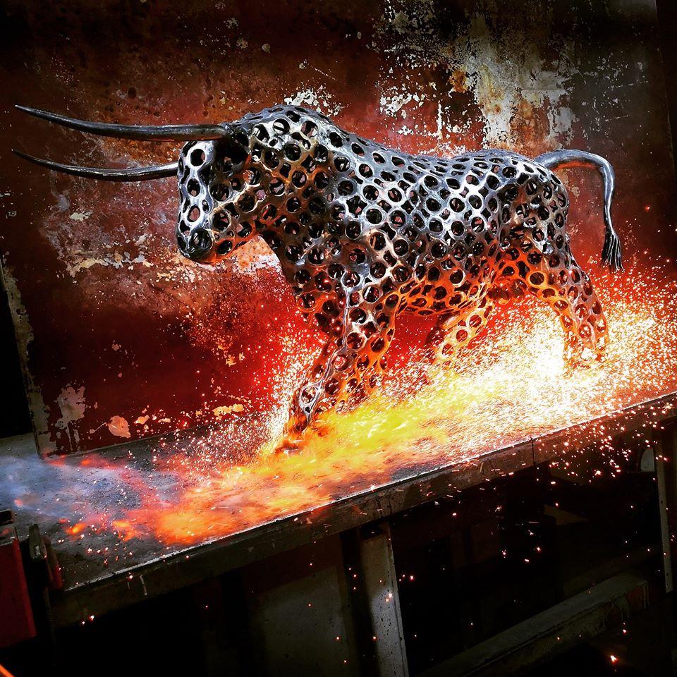 Sculpture en métal de récupération d'un taureau