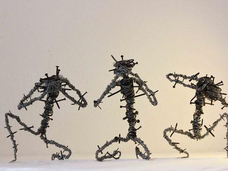 Les trois écorchés de la Sagesse, sculptures en fils de fer recyclés